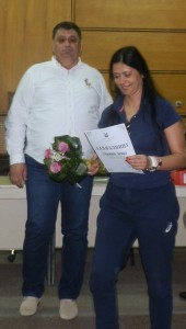 Všetky športovkyne okrem ďakovnej listiny dostali aj kytičky kvetov