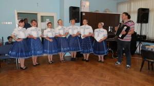 Slávnostnú schôdzu spestrili členky ŽSS vedené hudobníkom Pavlom Ďurišom