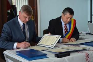 Podpísali zmluvu o partnerstve. Zľava: J. Rybovič a D. Šomrák