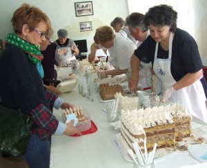 Krásne a chutné torty a najviacej bolo dobošiek lákali návštevníkov do miestností spolku žien