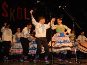 Slovenskými ľudovými piesňami, tancami a krojom sa predstavili žiaci školy, ktorí sú zároveň i členmi staršej detskej tanečnej skupiny SKUS hrdinu Janka Čmelíka
