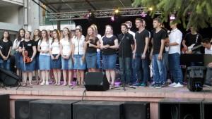Niektorí súčasní žiaci gymnázia sú zapojení i do činnosti mládežníckeho speváckeho zboru v Padine