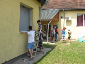 Mladí táborníci sa snažili vylepšiť aj podmienky bývania v tábore, kladením ochranných sietí proti komárom.