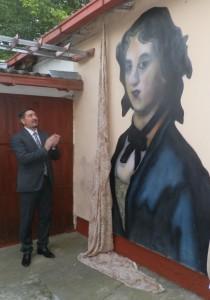 Predseda Obce Inđija Vladimir Gak pri murále