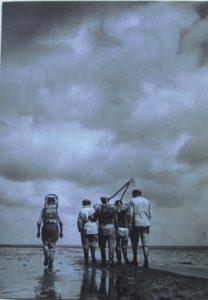 Robotníci pri odchode do práce na more
