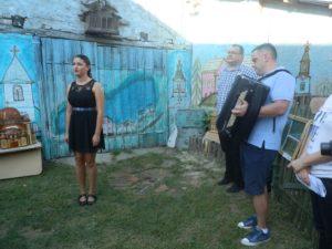 Slovenské ľudové piesne za sprievodu harmonikára Marjana Šajbena zaspievala Martina Kukučková