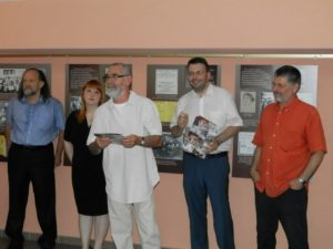 Otvorili výstavu vo foyer Slovenského vojvodinského divadla: Vladimír Valentík (zľava), Viera Krstovská, Ľuboslav Majera, Vladimír Skalský a Pavel Čáni