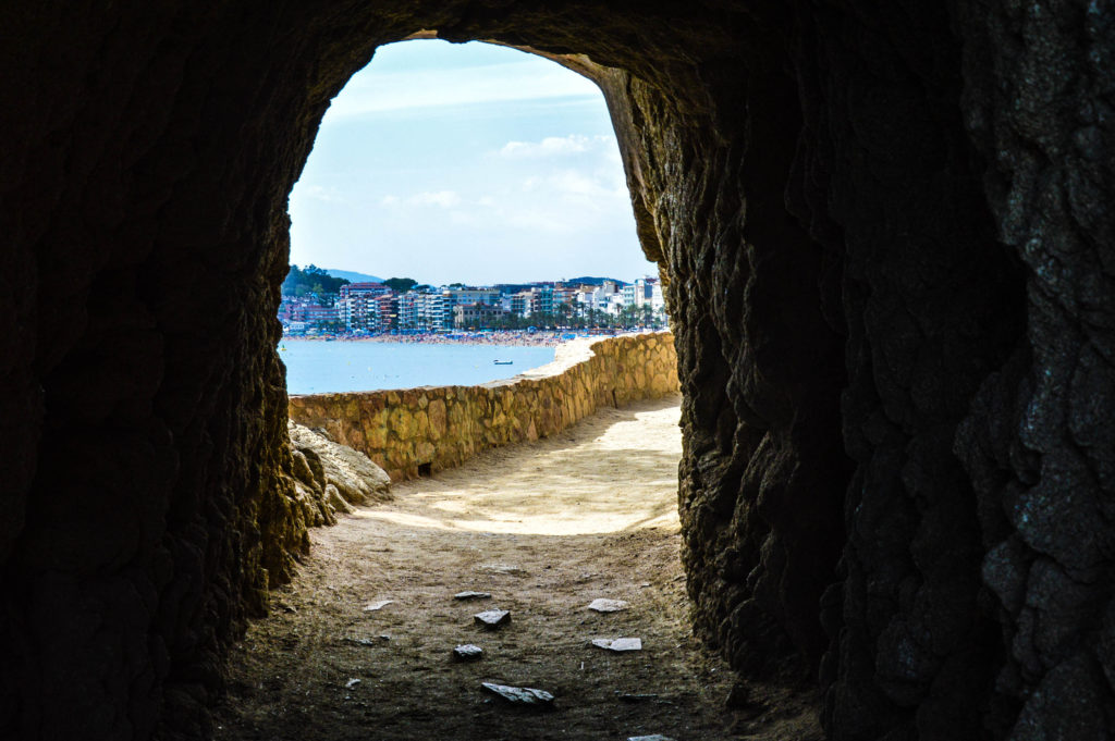 Tunel, z ktorého vidno  pláž  Playa de Lloret de Mar