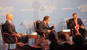 Dôležite je rozprávať sa:Edi Rama, Aleksandar Vučić a moderátor Misha Glenny (v strede)