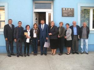 Spoločná fotografia domácich a hostí pred Slovenským domom v Šíde
