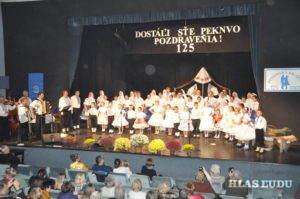 Tanečníci, hudobníci a speváci Petrovskej družiny v záverečnom bode