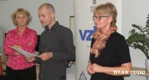 Predsedníčka ASP Mária Andrášiková, šéfredaktor Vzletu Stevan Lenhart a riaditeľka petrovskej školy Vlasta Verleová