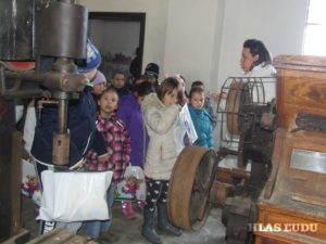 Starodávny mlyn (sprava) zaujal pozornosť malých zvedavcov
