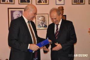 Dr. Ján Varšo udeľuje medailu Dr. Jánovi Kišgecimu (Foto: J. Čiep)