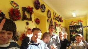 Vianočný pozdrav z výroby vianočných aranžmánov (Foto: FB stránka Združenia MY)