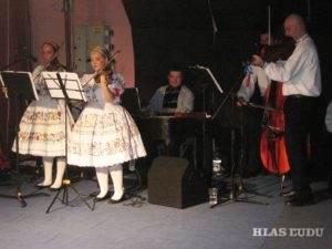 Ivana Ivaničová (prvá z prava) na gala koncerte roku 2015 venovanom 40 výročiu založenia SKOS Detvan v