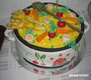 Mentolová torta v tvare hrnca s polievkou z Jánošíka dostala najviac hlasov prítomných na zábave