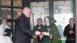 Eva Husáriková, insitná maliarka, okrem Ceny MS za životné dielo, získala aj pamätnú mincu od predstaviteľov Národnej banky Slovenska. Na snímke E.Husáriková a M. Tkáč