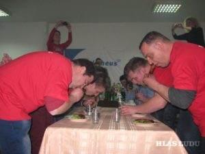 Rastislav Bohuš (prvý z ľava) najrýchlejšie zjedol dve klobásky