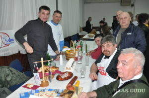 Petrovčania pri chystaní svojho stola v Chorvátsku