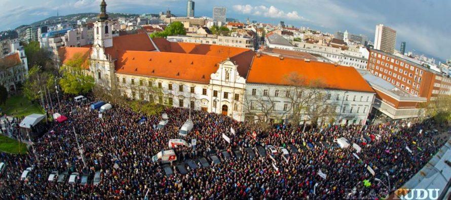 Dvaja stredoškoláci zorganizovali protikorupčný protest a zaplnili bratislavské Námestie SNP