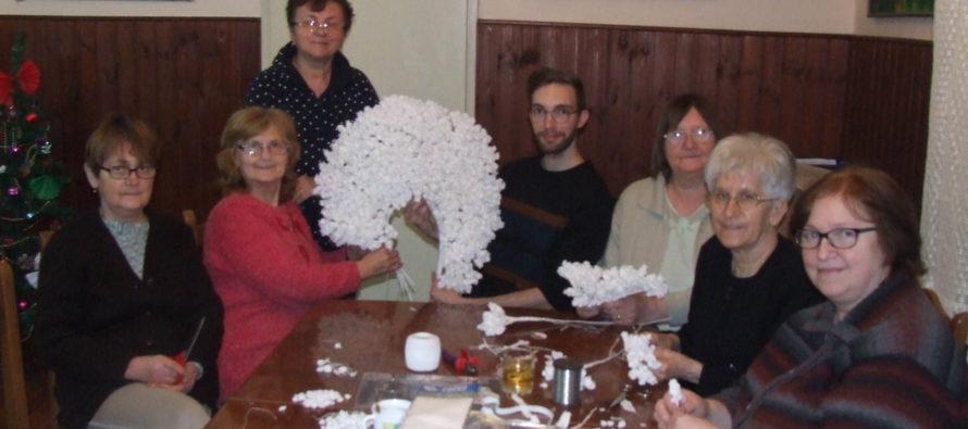 Spolok kulpínskych žien vyrába partu pre nevestu