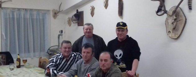 Plány sú pripravené - menšia skupina poľovníkov z Lugu (predseda Kukučka sedí, prvý zľava)