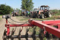Kysáčski poľnohospodári rovnali cesty