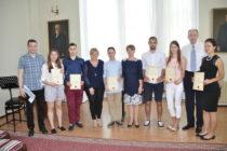 PETROVSKÉ GYMNÁZIUM: Diplomy maturantom