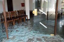 Demoloval dom smútku, hádzal tehly z budovy