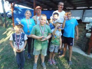 Víťazi súťaže rybárskeho dorastu s predsedom a tajomníkom ZŠR Babuška