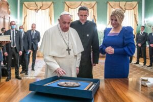 Pápež František daroval prezidentke medailu (Foto: pluska.sk)