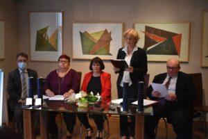 V prezídiu: (zľava) J. Havran, Ľ. Šomráková, E. Pečeňová, M. Andrášiková a P. Hlásnik