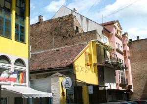 V mestách sa aj niekdajšie vedľajšie miestnosti v starých budovách využívajú na iné účely: v jednej z nich je dnes napr. kaviarnička, ako v tejto v strede Nového Sadu