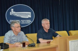 Pokrajinský tajomník Miroslav Vasin (sprava) a predseda Hospodárskej komory Vojvodiny Ratko Filipović