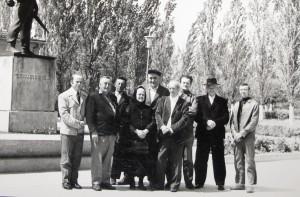 Publicista Oto Bihalji Merin (šiesty zľava) s Nebojšom Batom Tomaševićom zaradil veľa maliarov z Kovačice do svetovej encyklopédie insity. Na snímke O. B. Merin v spoločnosti riaditeľa Čecha a členov prvej maliarskej generácie.