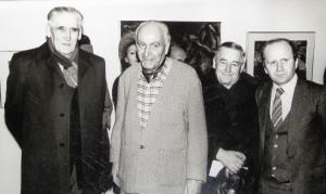 Popredný juhoslovanský maliar Milan Konjović (druhý zľava) vystavoval aj v Kovačici. Na zábere z vernisáže sú i Martin Paluška, Ján Kňazovic a Ján Čech.