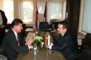 Stretli sa v Petrovci: Miroslav Lajčák, podpredseda vlády Slovenskej republiky (vľavo), a Ivica Dačić, premiér Srbska