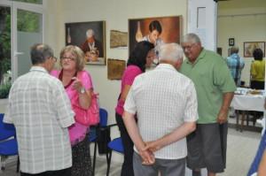 Družný rozhovor umelcov s ctiteľmi po otvorení výstavy