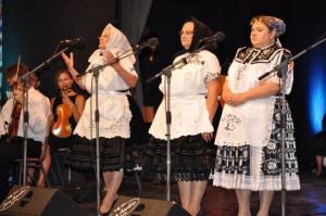 vadobnými vinšami rozveselili divákov tieto tri domáce z Kulpína, Kysáča a Padiny: (zľava) Mária Struháriková, Zuzana Ďurovková a Anna Širková