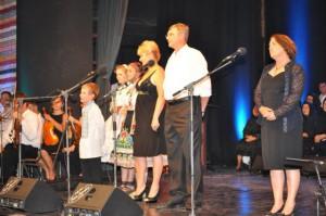 Spievalo sa, aj vážne hovorilo: (zľava) žiaci Martin Ján Javorník, Sára Balcová a Daniela Žihlavská a lekári Anna Boldocká-Ilićová, Ján Rybovič a Jaňa Urbančeková-Fejzulahi