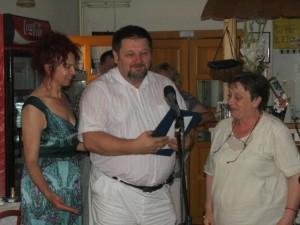 Dr. Michal Babiak, laureát Ceny za prínos v oblasti kultúry, v spoločnosti predsedníčky NRSNM Anny Tomanovej-Makanovej (vľavo) a predsedníčky Výboru pre informovanie NRSNM Miliny Florianovej