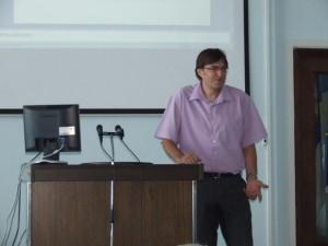 Vysokoškolský profesor Predrag Ðurić počas prednášky v Petrovci