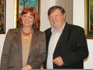 Mária Raspírová, riaditeľka Galérie insitného umenia, a Stjepan Pohižek, zberateľ z Chorvátska, z mesta Sesvete