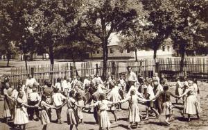 Základná škola v Bielom Blate s učiteľom druhej triedy Martinom Miksatom z roku 1952: Zlaté pávie pero pre Adama Jonáša