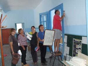 Pomocní pracovníci v škole pod taktovkou riaditeľky Zuzany Halabrínovej (druhá zľava) významne prispeli k tomu, aby škola žiakov na začiatku nového školského roku dočkala upravená a čistá
