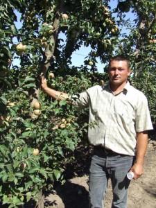 Paľo Labát vo svojom ovocnom sade