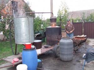 Miroslavov otec Pavel Marček vo vlastnej pálenici už vypálil niekoľko stovák litrov pálenky