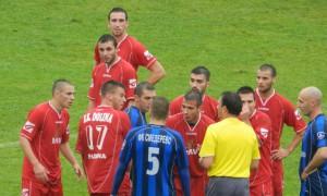 Hráči Doliny (červené tričká) sa nemohli uspokojiť s neobjektívnym pískaním rozhodcu Anđelkovića (Foto: P. Rohárik)