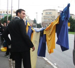 Akcia Špinavé prádlo pred začiatkom zasadnutia Zhromaždenia mesta Nový Sad